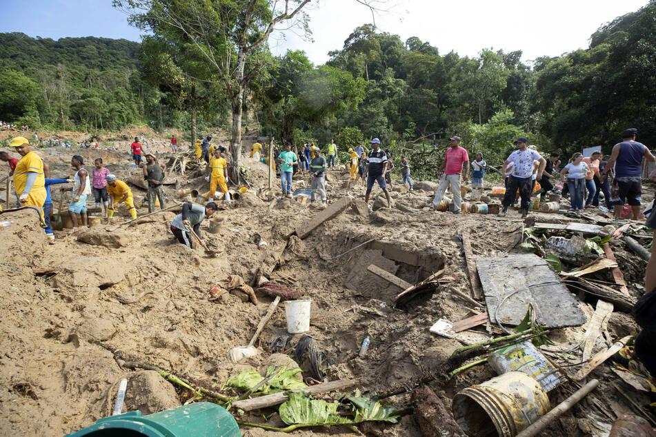 Rettungskräfte, Anwohner und Freiwillige suchen nach Opfern nach einer Schlammlawine, die durch schwere Regenfälle in der Küstenstadt Guaruja verursacht wurde.
