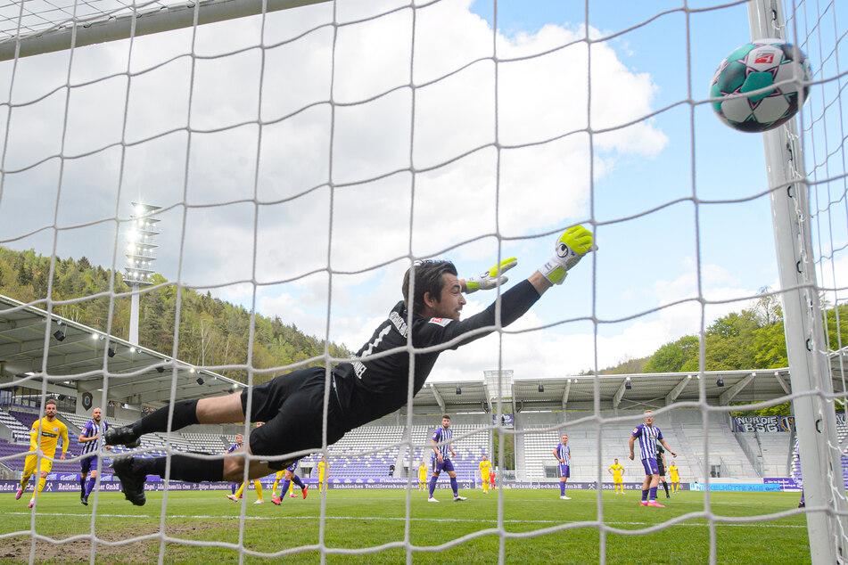 Aues Torwart Martin Männel (v.) konnte das Tor zum 0:1 nicht verhindern. Am Ende gelang dem FCE trotzdem noch ein starkes Comeback!