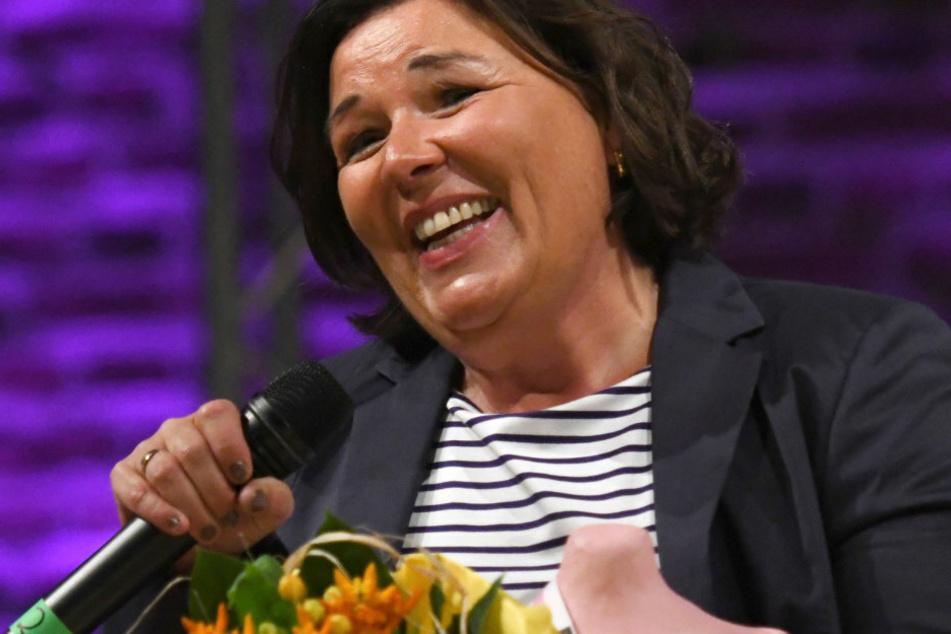Vera Int-Veen (52) steht mit dem Fräulein Kurvig Award bei der Fräulein Kurvig Gala auf der Bühne. (Archivbild)