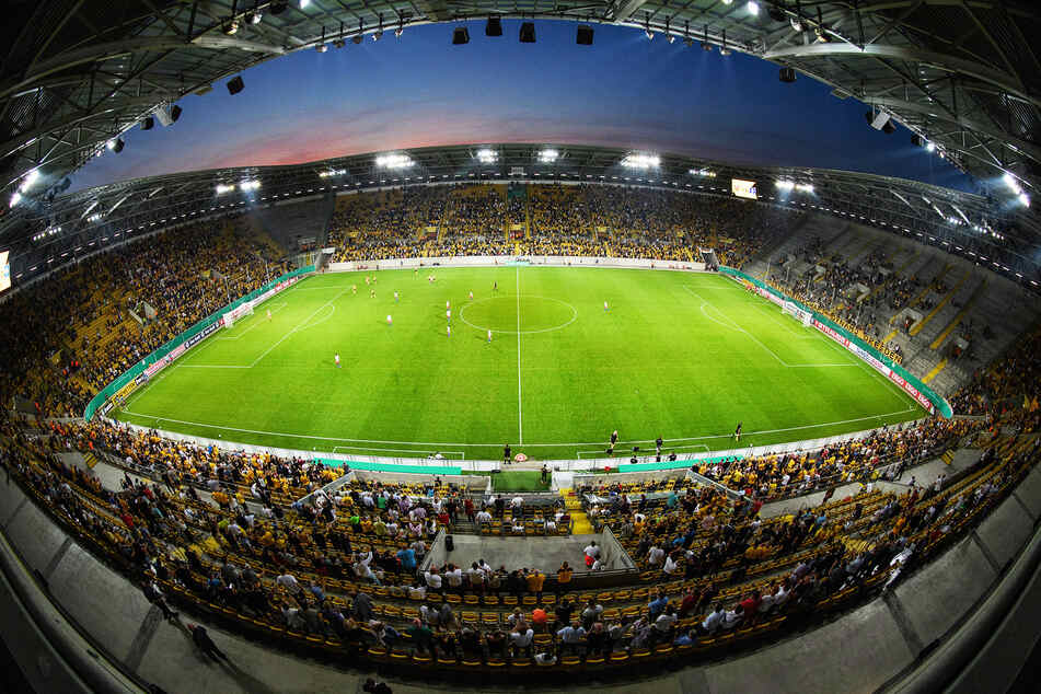Im Dresdner Rudolf-Harbig-Stadion durften erstmals seit Ausbruch der Coronavirus-Pandemie wieder etwas mehr als 10.000 Fans Platz nehmen.