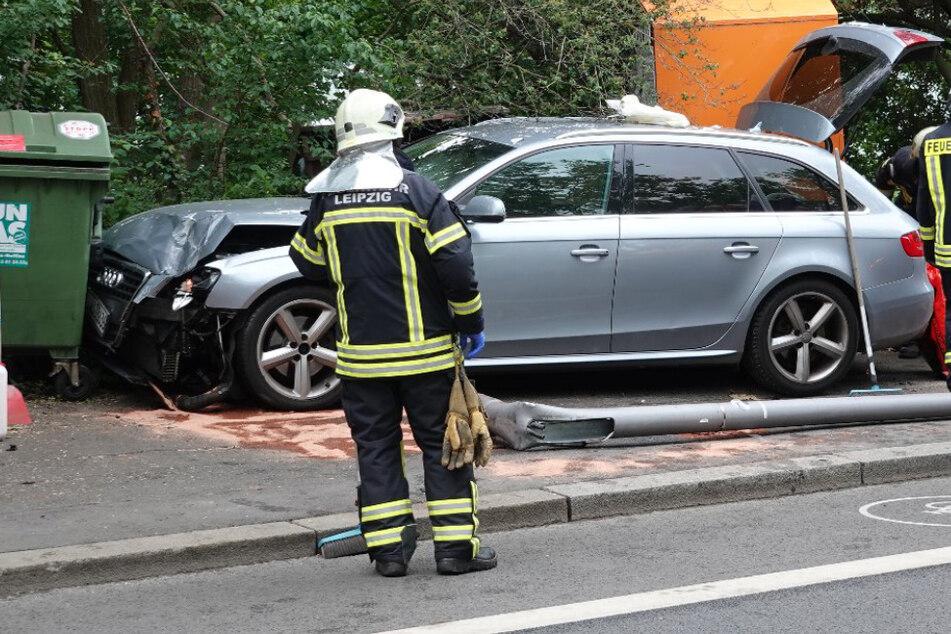 Straßenlaterne gefällt und in Container gerast: 54-Jähriger bei Autounfall in Leipzig verletzt