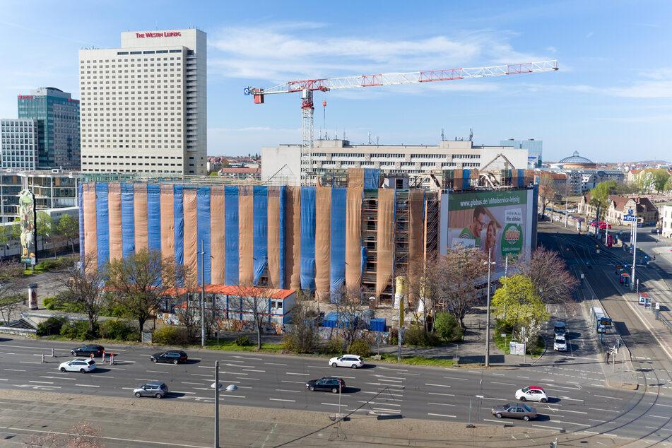 Das ehemalige Astoria-Hotel in Leipzig ist mit Bauplanen verhüllt. Eigentlich sollte die Neusanierung im vergangenen Jahr abgeschlossen werden.