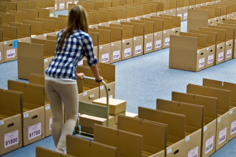 So sieht Vorbereitung aus: Eine Dresdner Wahlhelferin beim Karton-Sortieren im Rathaus.
