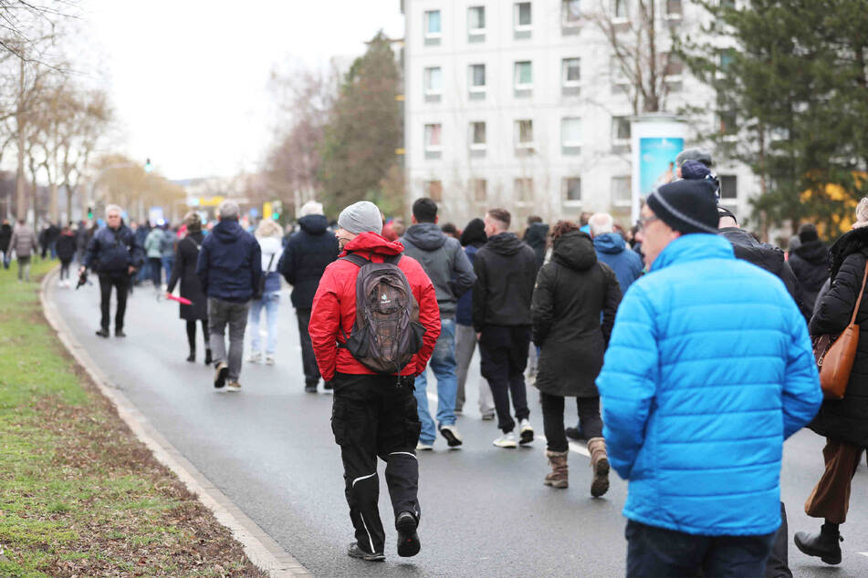 Der Demo-Zug nahm die St. Petersburger Straße komplett ein.