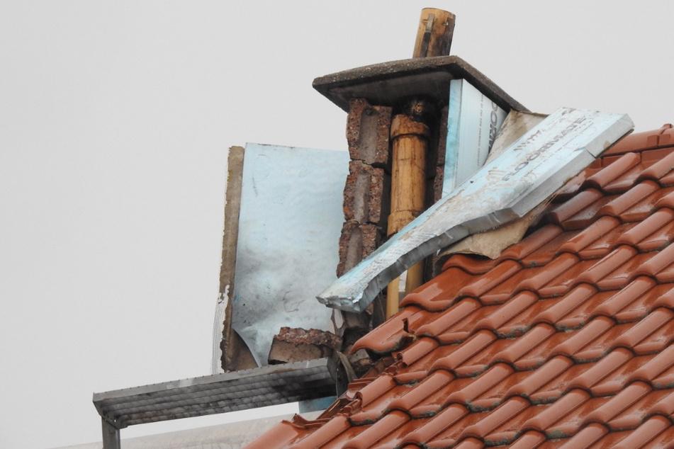 Heftiger Blitzeinschlag bei Leipzig: Zwei Verletzte durch Dachstuhlbrand