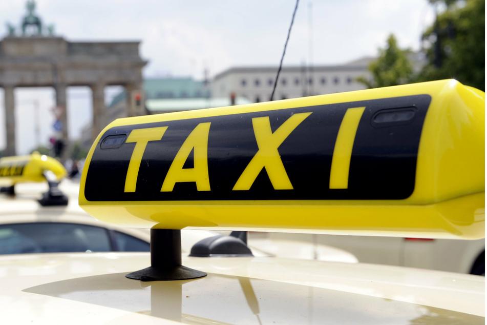 Suff-Fahrer baut mit Taxi Reihe von Unfällen, dann klicken die Handschellen