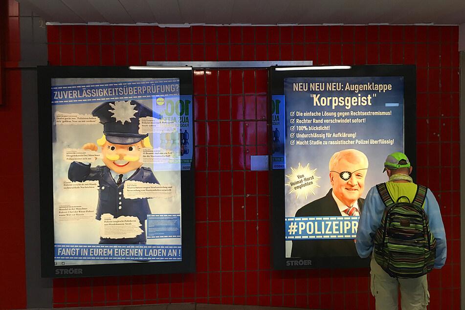 Diverse Schlagzeilen und Vorwürfe gegen mögliche rassistische Strukturen innerhalb der Polizei werden auf den Plakaten thematisiert.