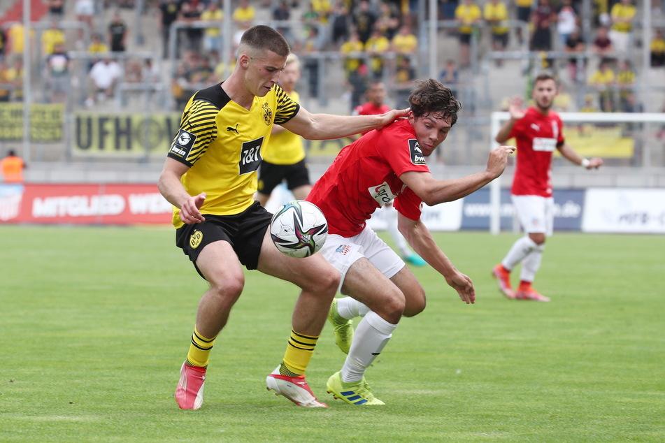 Mit 18 der Jüngste im FSV-Team: Yannic Voigt (18, r., hier gegen den Dortmunder Tobias Raschl).
