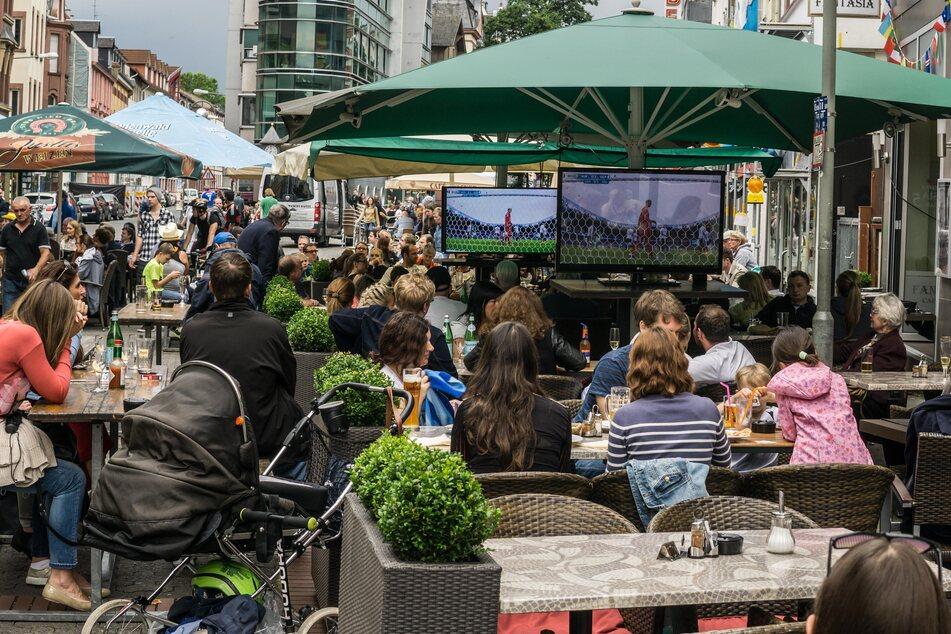 Public Viewing in einer Gaststätte: Ab sofort ist das in Bonn verboten.