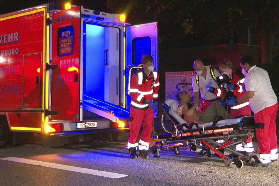 Der Rettungsdienst bringt die Verletzte in eine Klinik.