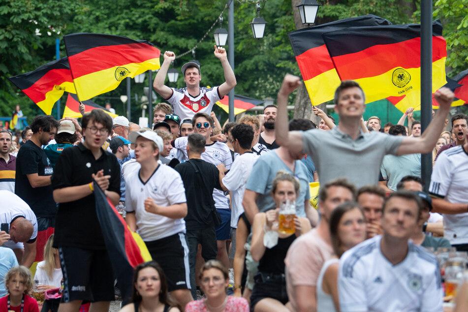 Fans jubeln im Biergarten Hirschau über ein Tor der deutschen Nationalmannschaft bei der EM.
