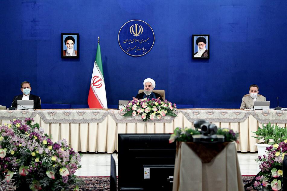 Hassan Ruhani (M), Präsident des Iran, leitet eine Kabinettssitzung.