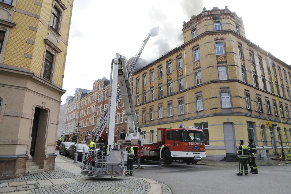 Ein weiteres Löschfahrzeug ist am Brandort eingetroffen.