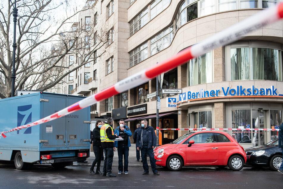 Polizeibeamte sichern im Februar 2020 vor der Filiale der Berliner Volksbank am Kurfürstendamm im Berliner Bezirk Charlottenburg-Wilmersdorf Spuren.