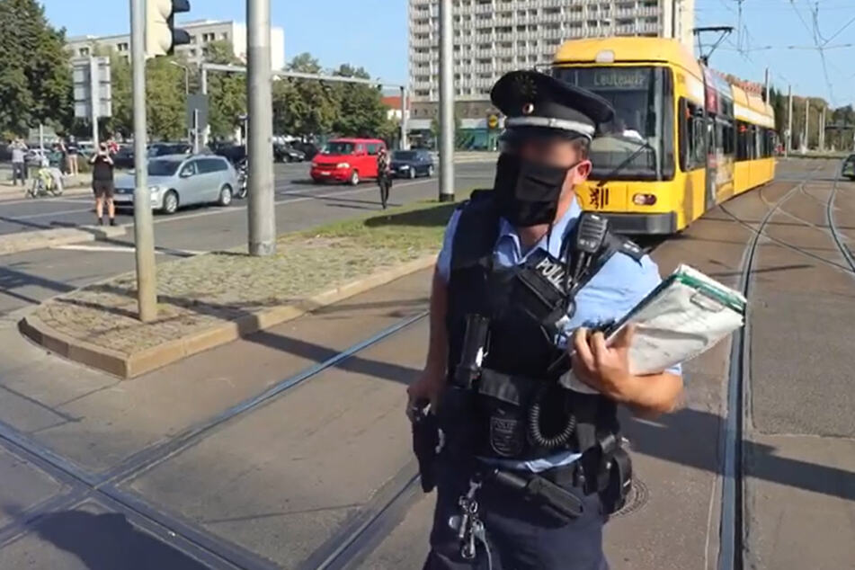 Nach der Ansage trat der Beamte ein paar Schritte zurück und legte seine Hand auf seine Dienstwaffe.