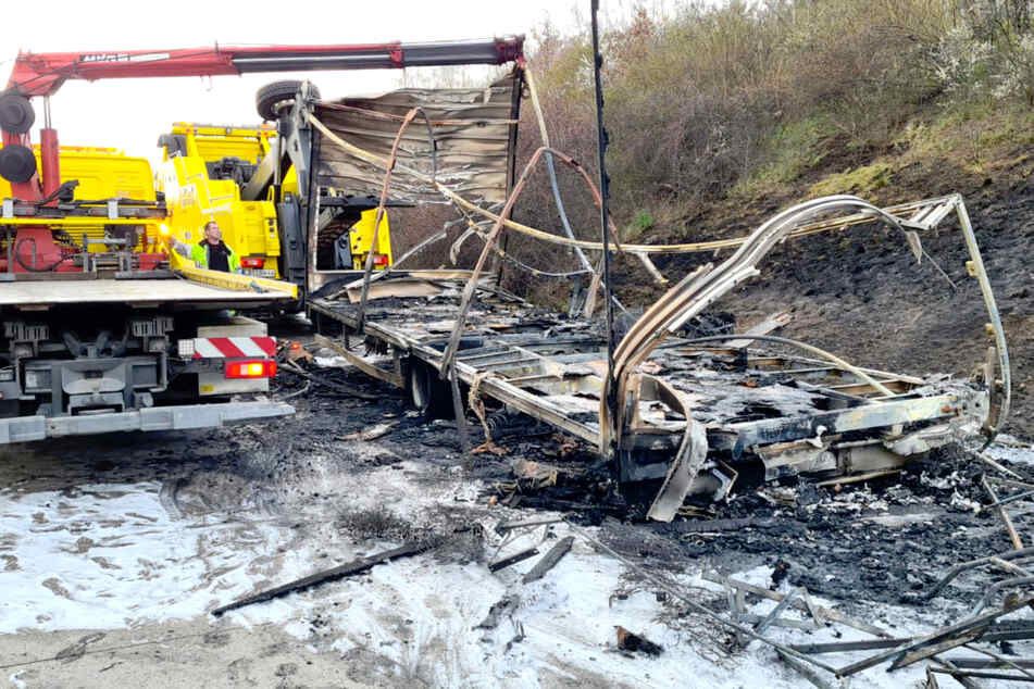 Unfall A: Zwei Unfälle auf der A10: Lkw-Anhänger brennt komplett aus!