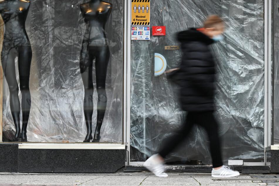 Corona-Lockdown: Eine Frau geht in der Innenstadt von Frankfurt an einem geschlossenen Laden vorbei.
