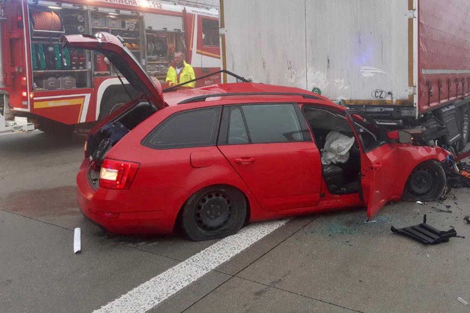 Auto kracht bei Nebel in Laster: Fahrer stirbt am Unfallort