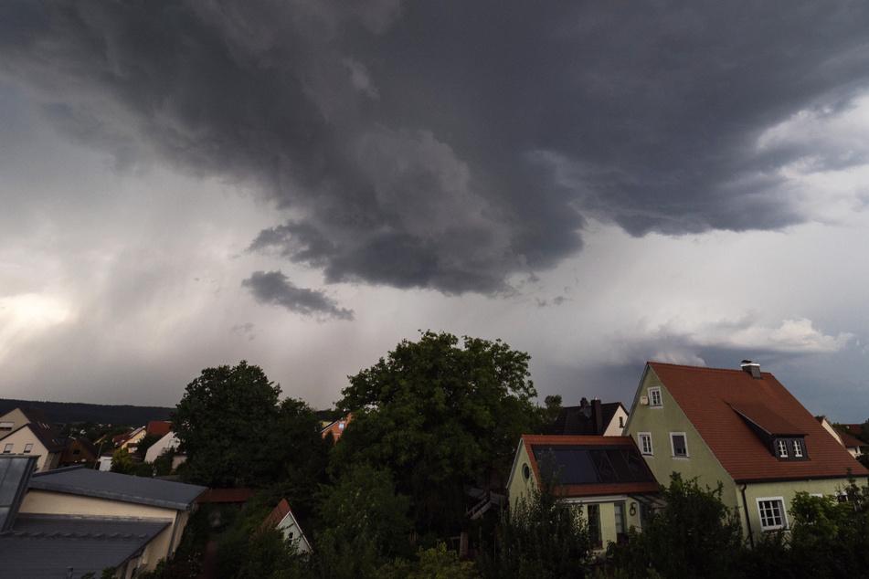 Gewitter mit Hagel hat es am Abend in Südbayern gegeben! Die Unwetter sollen in der Nacht zum Mittwoch nach Nordosten weiterziehen. (Symbolbild)