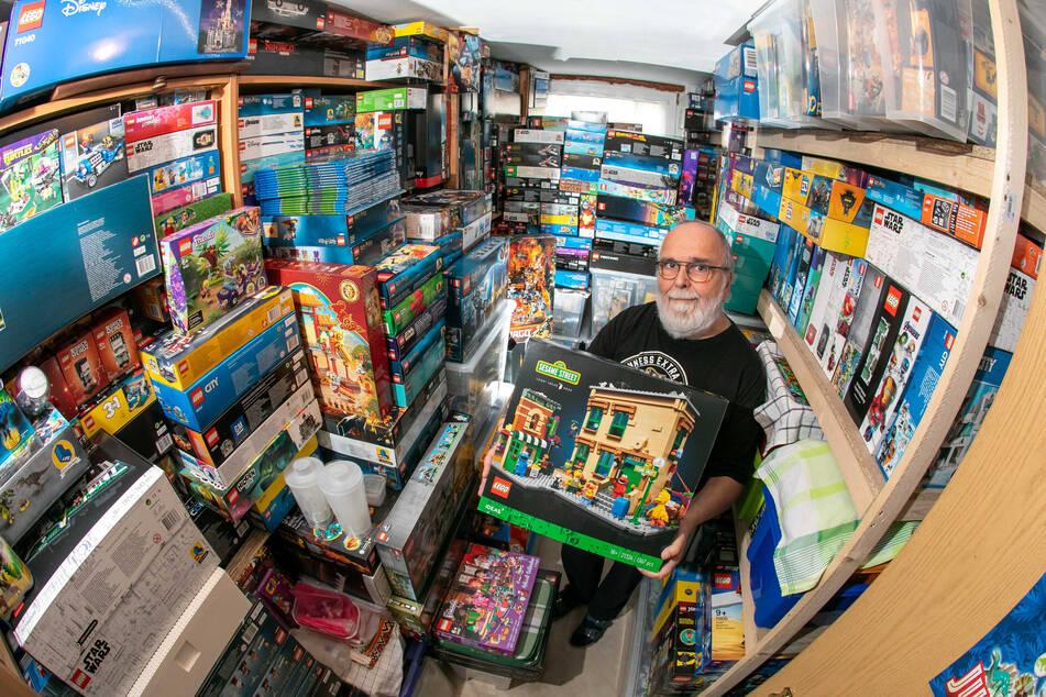 Lego, Lego, Lego: Bei Steine-Sparer Reinhard Schur (67) stapeln sich die Bau-Sets bis zur Decke. Pro Monat investiert er mit seinem Sohn dafür bis zu 1000 Euro!