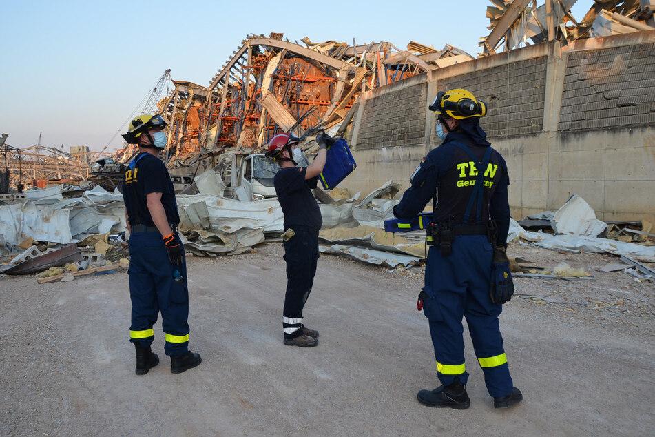 Einsatzkräfte des Technischen Hilfswerks (THW) von der Schnell-Einsatz-Einheit Bergung Ausland (SEEBA) verschaffen sich ein Bild der Lage.