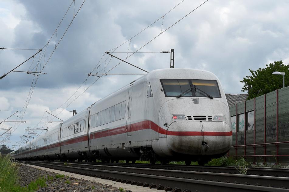 Plakate über Bahngleis gespannt! Lokführer muss ICE notbremsen