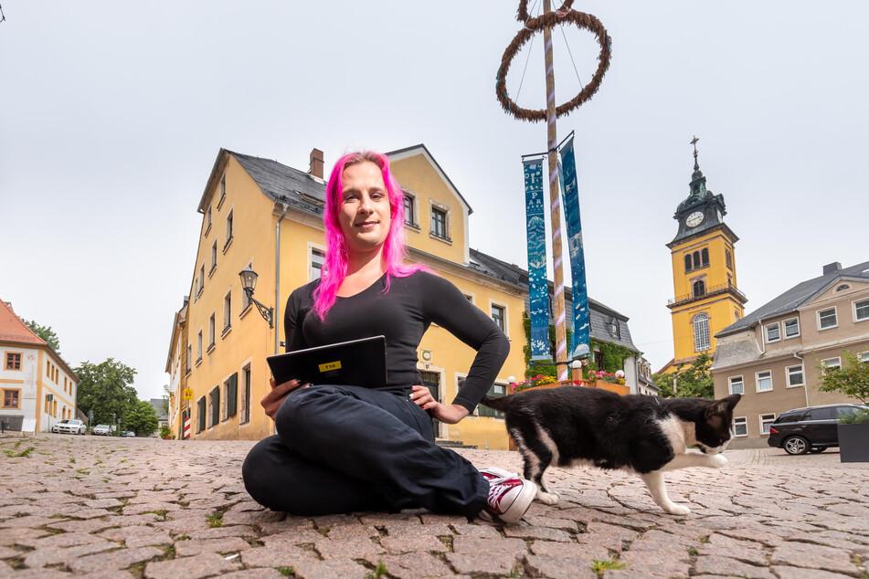 Bunter Vogel in der Kleinstadt: Danielle Tändler (37) vor dem Augustusburger Maibaum.