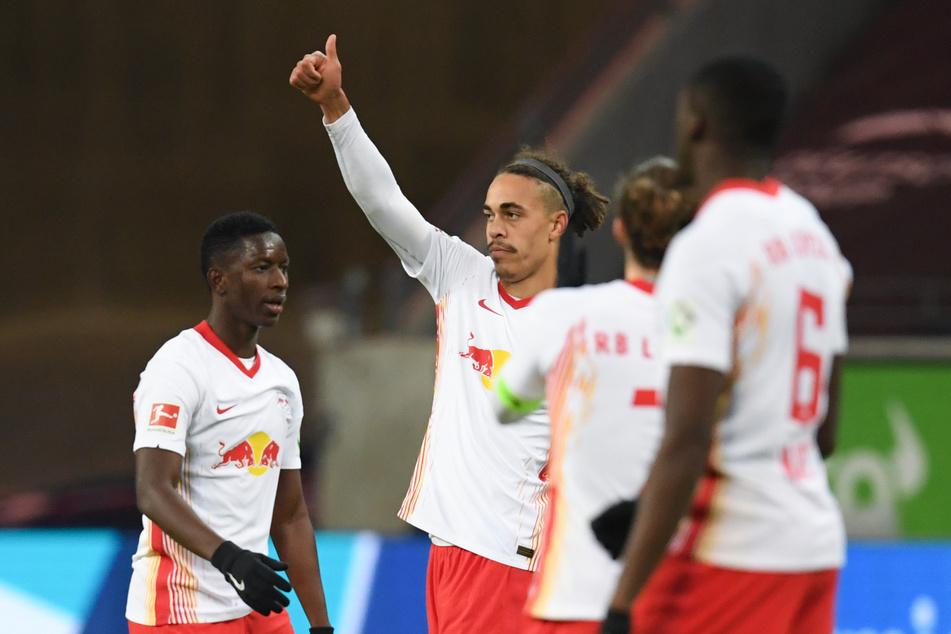Leipzigs Yussuf Poulsen (2.v.l.) bejueblt sein Tor zum 1:1 gegen Eintracht Frankfurt.