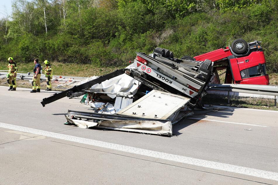 Der Lastwagen überschlug sich komplett.
