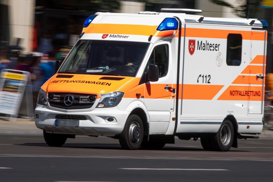 Der schwer verletzte Bahn-Fahrer kam ins Krankenhaus. (Symbolbild)
