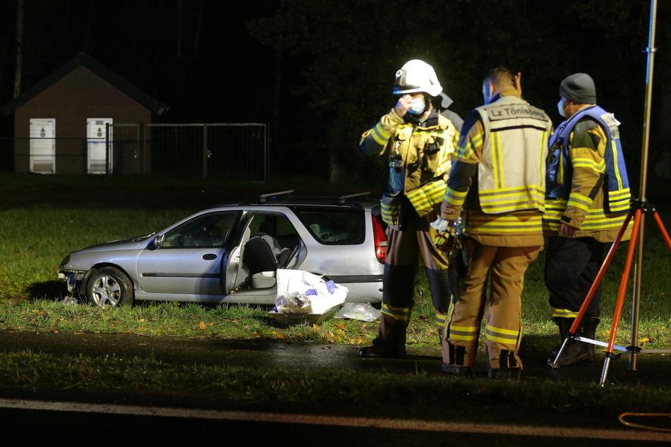 Das Unfall-Auto steht neben der Straße auf einer Wiese. Zuvor war der Fahrer in eine Menschengruppe auf einem Rad- und Gehweg geschleudert.