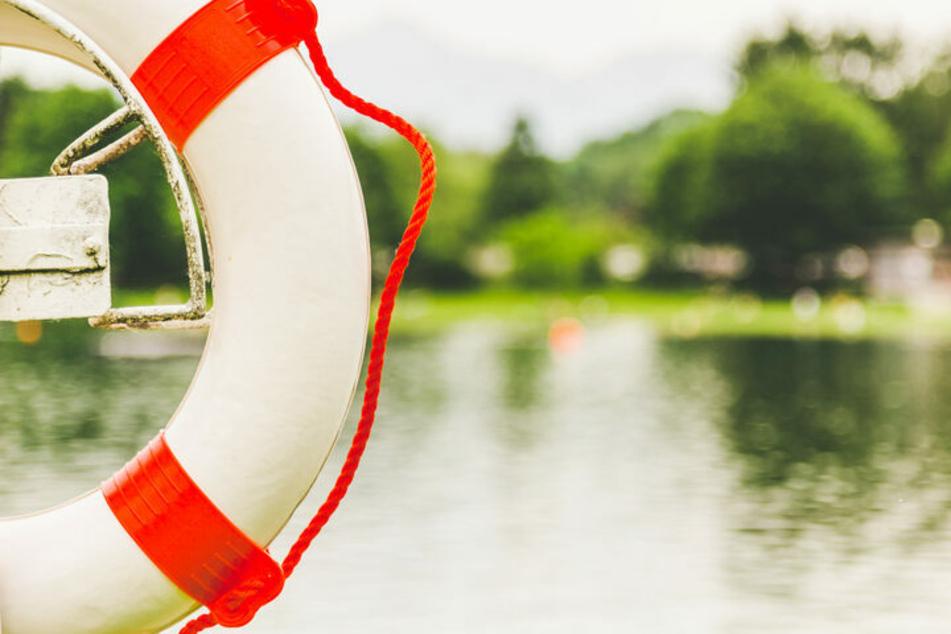 Nach intensiver Suche wurde der 84-Jährige leblos aus dem Wasser geborgen. (Symbolbild)
