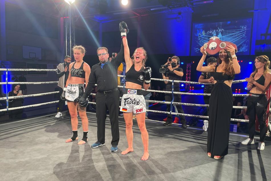 Im Finalkampf in Saalfeld hebt der Ringrichter Josys Arm - sie hat die Meisterschaft gewonnen.