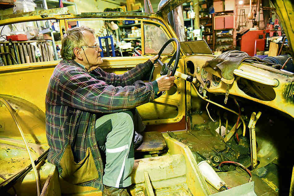 Noch muss Helge Schubert mit einem Holzhocker vorlieb nehmen. Die Originalsitze des Cabrio sollen neu bezogen werden.