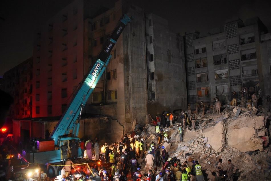 Rettungskräfte und Freiwillige suchen nach Überlebenden inmitten der Trümmer.