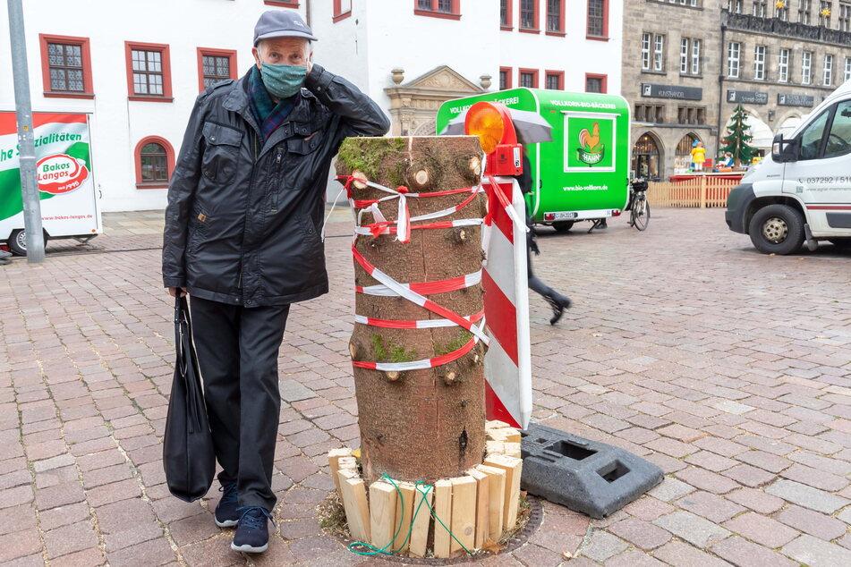 Dieter Büttner (80) aus Chemnitz ist traurig, dass der schöne Baum aus Eibenstock abgesägt wurde.