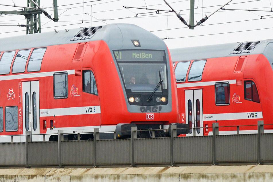 An zwei fahrenden S-Bahnen wurden Seitenscheiben beschädigt. (Symbolbild)