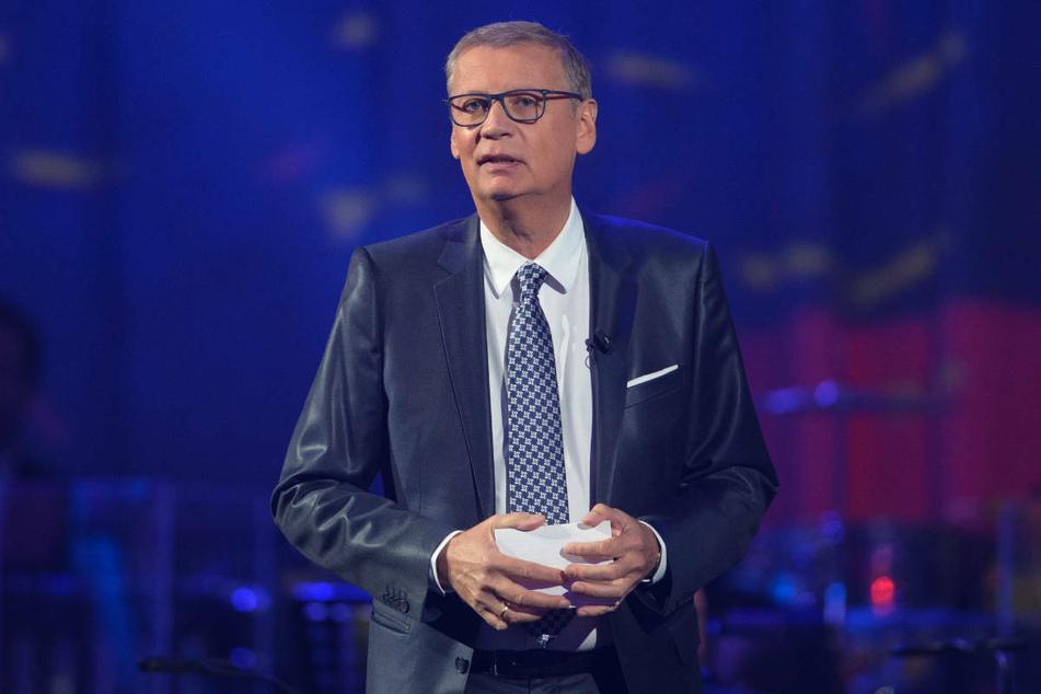 Günther Jauch moderiert beim Festakt zum 30. Jahrestag der Deutschen Einheit eine Talkrunde. Aufgrund einer Corona-Erkrankung verpasste er 2021 erstmals krankheitsbedingt eine Sendung.
