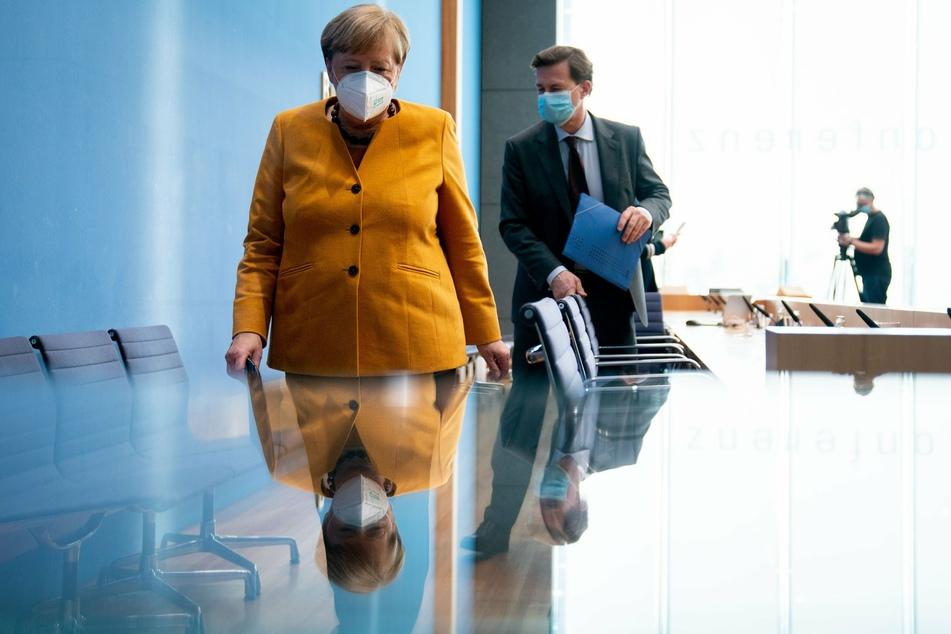 Bundeskanzlerin Angela Merkel mit Regierungssprecher Steffen Seibert.