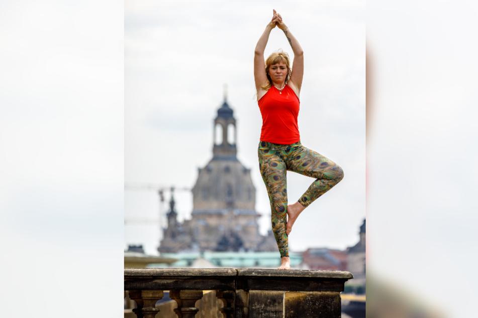 Yoga vor der Altstadt-Kulisse: Mandy Frauenlob (29) macht es vor.
