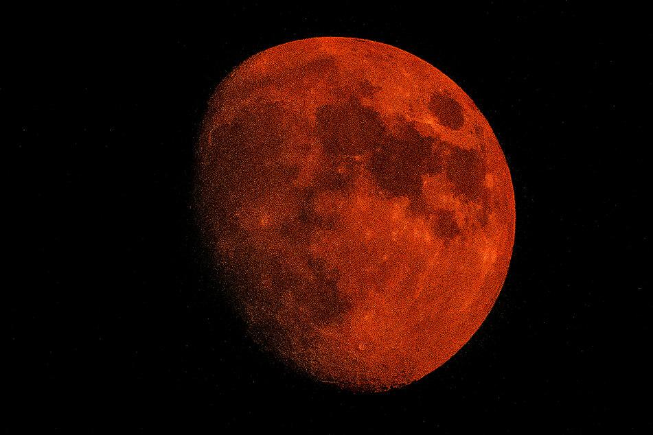 Der Mond leuchtet nach den Waldbränden in den USA orange.