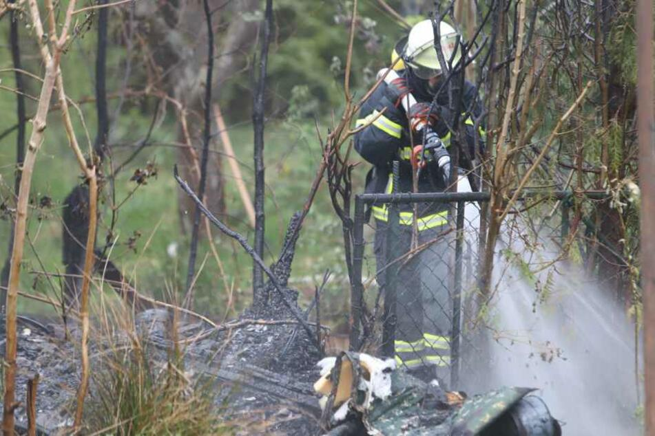Ein Feuerwehrmann kämpft gegen das Feuer an.