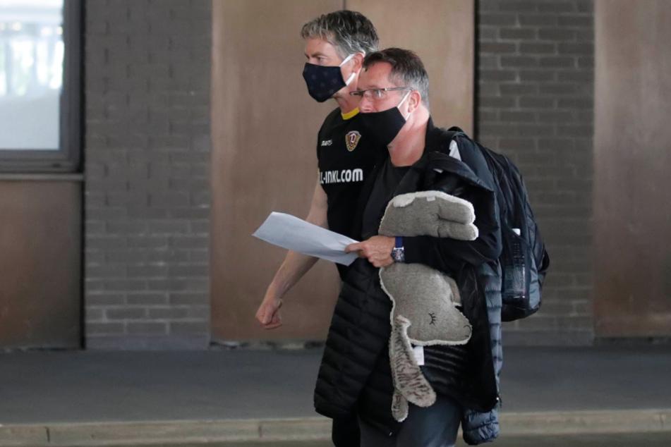 Dynamo-Trainer Markus Kauczinski beim Gang ins Stadion von Hannover mit Glücksbringer unter dem Arm. Vielleicht hilft er am morgigen Samstag.