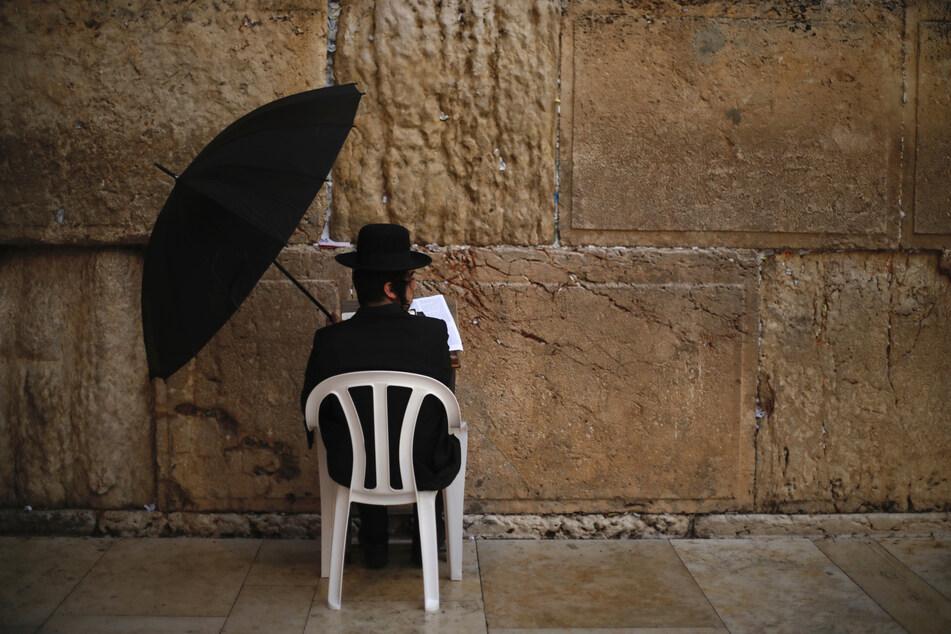 Ein Jude betet an der Klagemauer während einer Gebetsstunde angesichts der Ausbreitung des neuartigen Coronavirus.