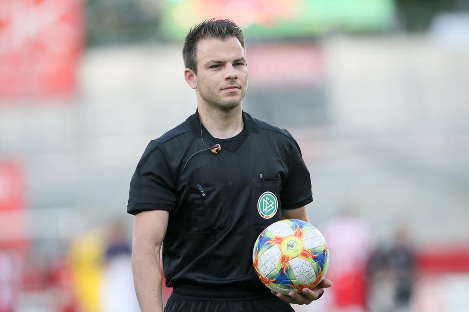 Schiedsrichter Wolfgang Haslberger steht nach dem Spiel in der Kritik.