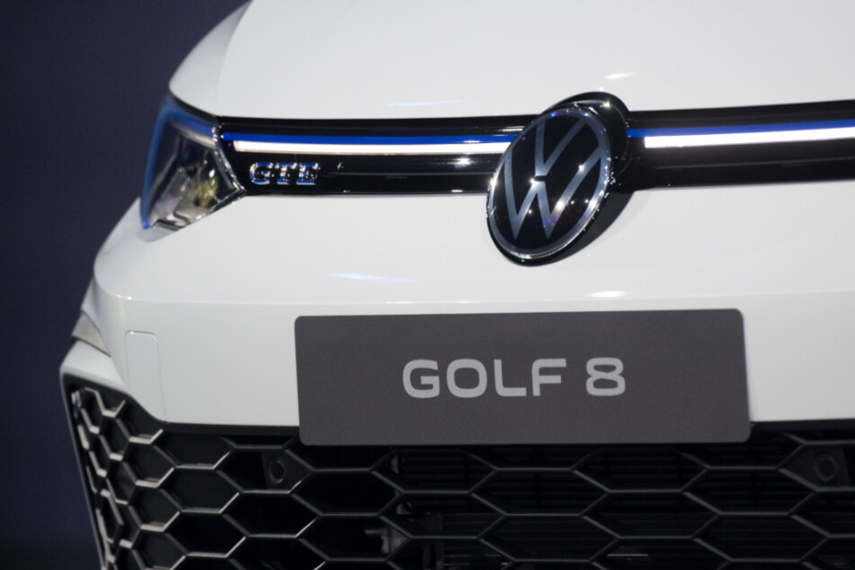 Niedersachsen, Wolfsburg: Ein Volkswagen Golf 8 steht bei der Weltpremiere 2019 auf der Bühne.