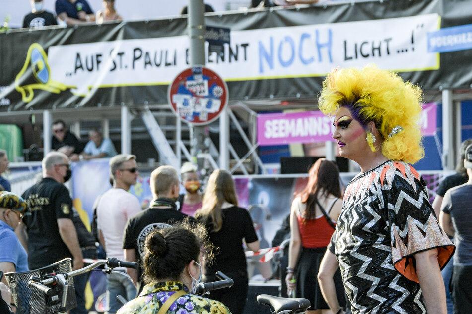 """Die Travestie-Künstlerin Olivia Jones nimmt an der Demonstration """"Auf St. Pauli brennt noch Licht"""" auf der Reeperbahn teil."""