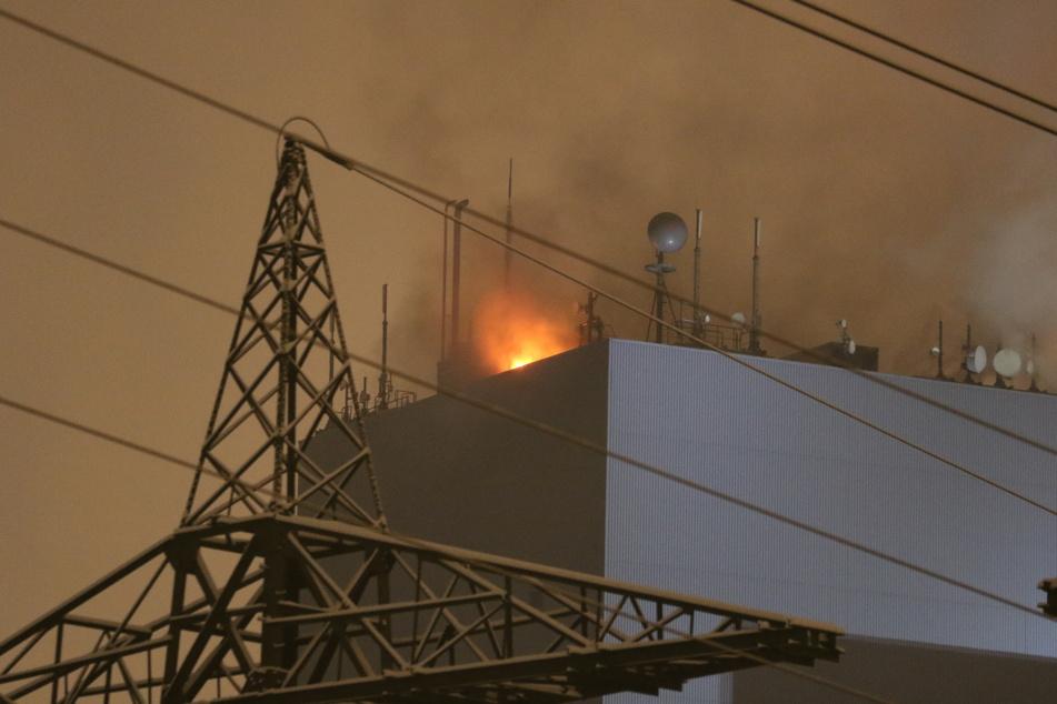 Wegen des Brandes musste die Anlage in Bayern vom Netz genommen werden. Rund 120 Feuerwehrleute kämpften stundenlang gegen Rauch und Feuer.