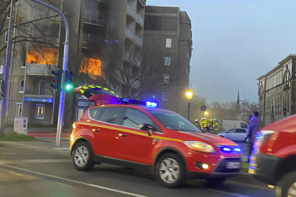 In der Albertstraße steht eine Wohnung im zweiten OG in Flammen.
