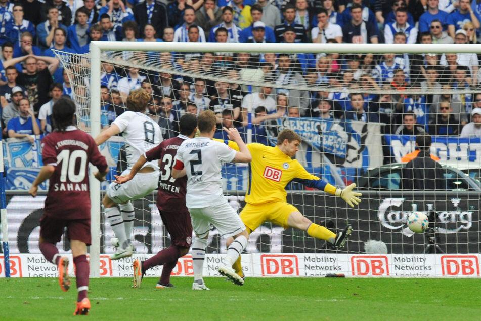 Sein einziges Bundesliga-Tor: Andrew Wooten (31, M.) überwindet Hertha-Keeper Thomas Kraft (32, r.) am 21. April 2012 und trifft zum 2:0 für den 1. FC Kaiserslautern.